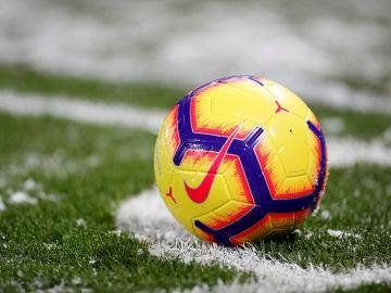 Un balón, sobre el césped durante un partido de fútbol