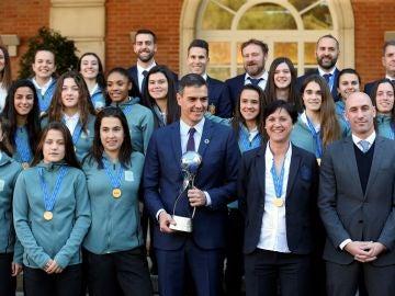 La selección sub-17 femenino visita La Moncloa