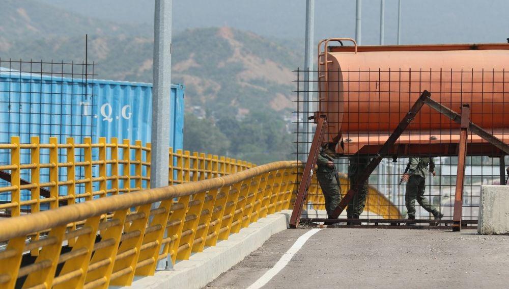 Miembros de la Guardia Nacional Bolivariana bloquean el paso este miércoles en el puente Tienditas