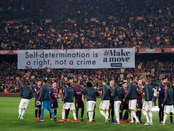 'La autodeterminación es un derecho, no un crimen', la pancarta que presidió el Clásico