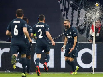 Benzema celebra su gol ante el Ajax