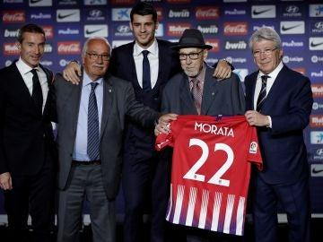 Manuel Briñas, con sombrero, durante la presentación de Morata en el Atlético