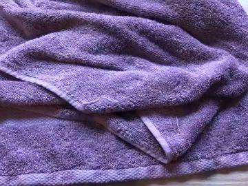 El sencillo truco para prevenir y quitar la pelusa de las toallas