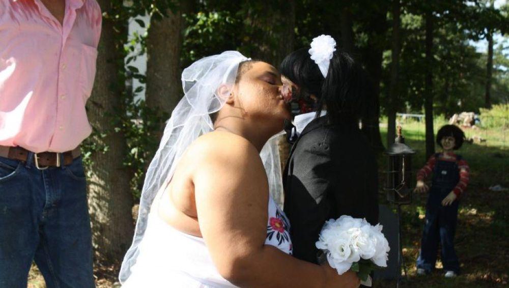 Mujer se casa con una muñeca zombie
