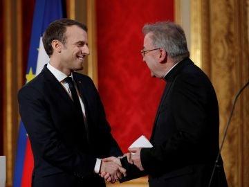 Luigi Ventura junto al presidente Macron
