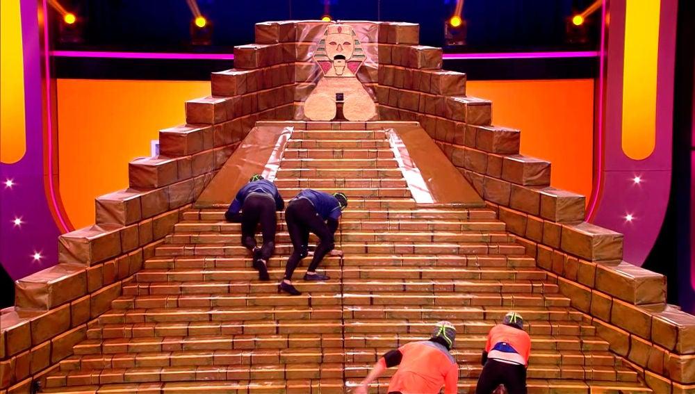Los concursantes se enfrentan a la divertida pirámide inclinada y resbaladiza de 'Juego de juegos'