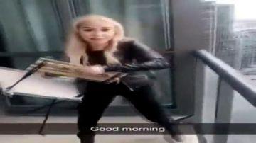 Detienen a una 'influencer' por grabarse arrojando una silla desde un balcón a gran altura a una calle concurrida de Toronto