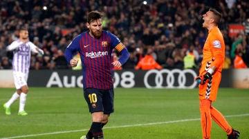Messi marca de penalti y celebra su gol con el Barcelona