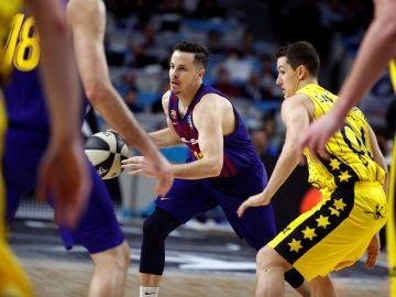 Heurtel conduce el balón ante la defensa del Iberostar Tenerife