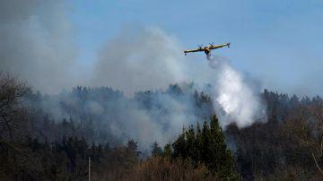 Un hidroavión participa en las labores de extinción de un incendio en Cantabria