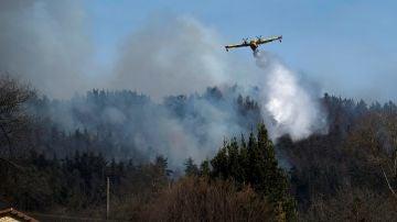 Imagen de un hidroavión en un incendio de Cantabria