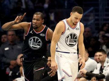 Kevin Durant celebra una canasta ante su compañero Stephen Curry