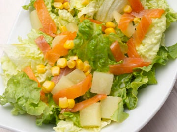 Ensalada de lechuga, patatas y trucha