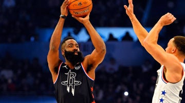 Harden lanza un triple ante la defensa de Curry
