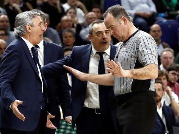 Svetislav Pesic conversa con uno de los colegiados durante la final de la Copa del Rey de baloncesto