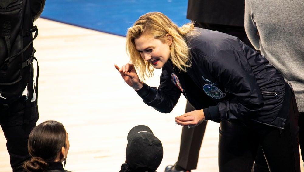 Karlie Kloss saluda a Janelle Monae durante el All Star