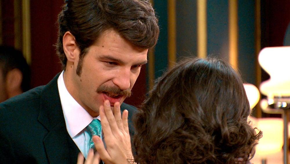 Carlos se lanza a besar a Carolina