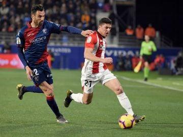 Enric Gallego y Ander Capa luchan por un balón