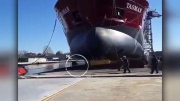 Se salva de ser aplastado por un buque