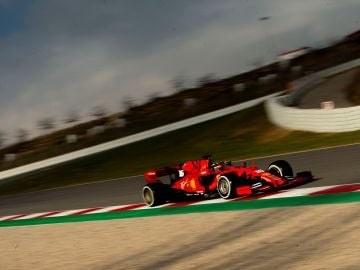 Charles Leclerc pilota el Ferrari en Montmeló