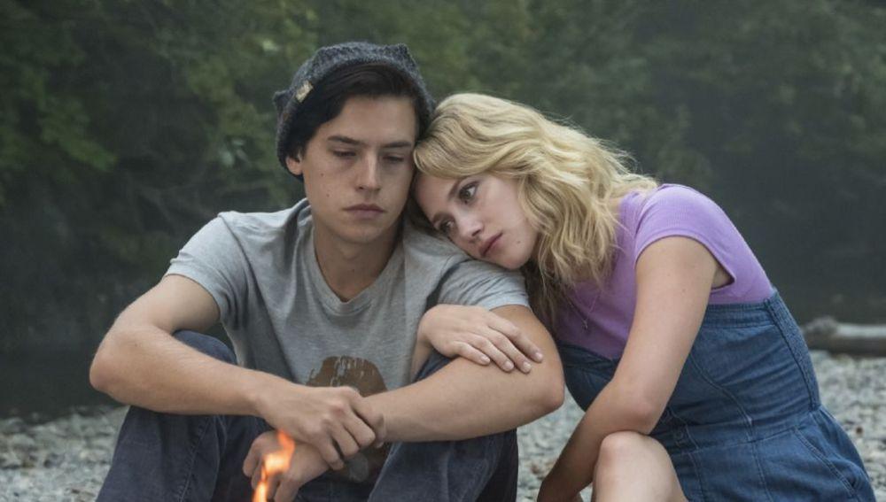 Lili Reinhart junto a Cole Sprouse en 'Riverdale'