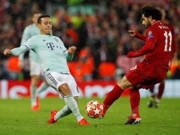 Tiago pelea un balón con Salah