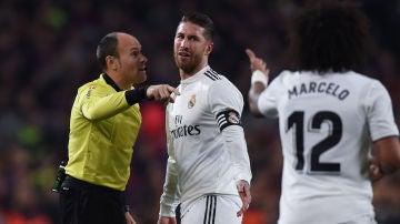 Mateu Lahoz muestra la cartulina amarilla a Ramos en el Camp Nou