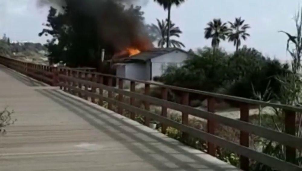 Un nuevo chiringuito arde por segunda semana consecutiva en las playas de Marbella