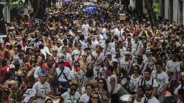 Personas participan en la comparsa de carnaval 'Volta, Alice' en Río de Janeiro