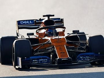 Carlos Sainz pilota el McLaren en Montmeló