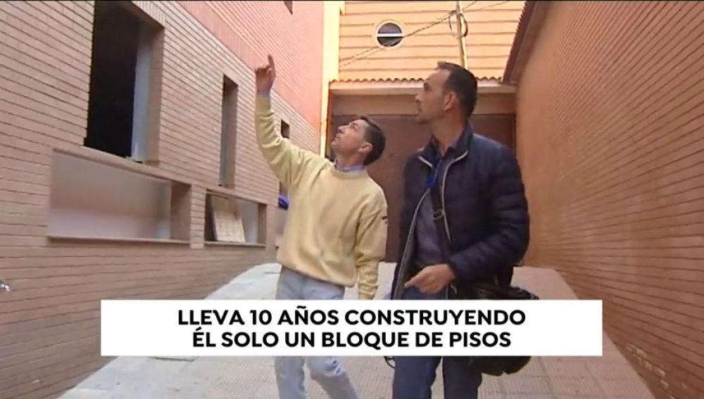 Un hombre lleva diez años construyendo él solo un bloque de pisos