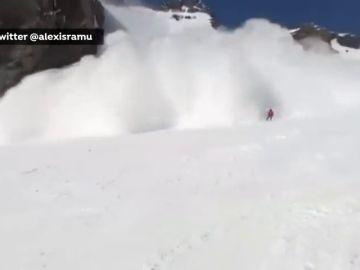 Una esquiadora graba la avalancha que se produjo en una estación de esquí suiza