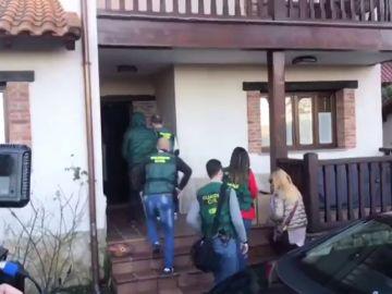 El presunto cerebro del crimen del concejal de Llanes llega al registro de su vivienda