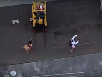 La pareja corriendo detrás del crucero