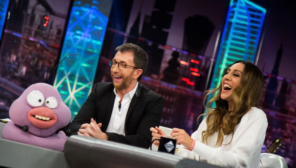 Petancas liga con Mónica Naranjo y le canta su peculiar versión de 'Desátame'