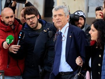 Ángel María Villar saliendo de la Audiencia Nacional