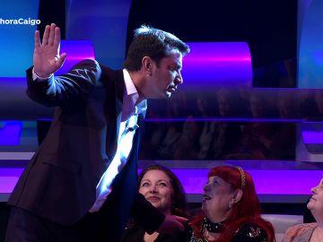 Vídeo: Arturo Valls adivina todo sobre el público de '¡Ahora caigo!' oliendo sus cabezas