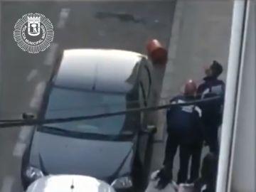 Buscan a dos hombre por lanzar bombonas de butano a varios policías desde una azotea
