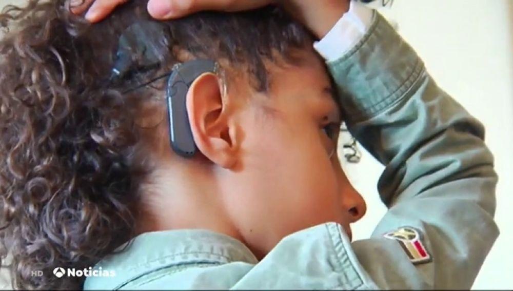 Un niño español de 8 años crea un aparato auditivo revolucionario