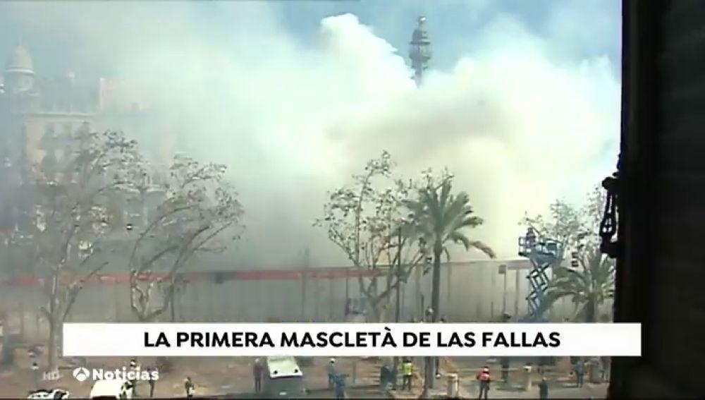 La primera mascletá da la bienvenida a las Fallas de Valencia 2019