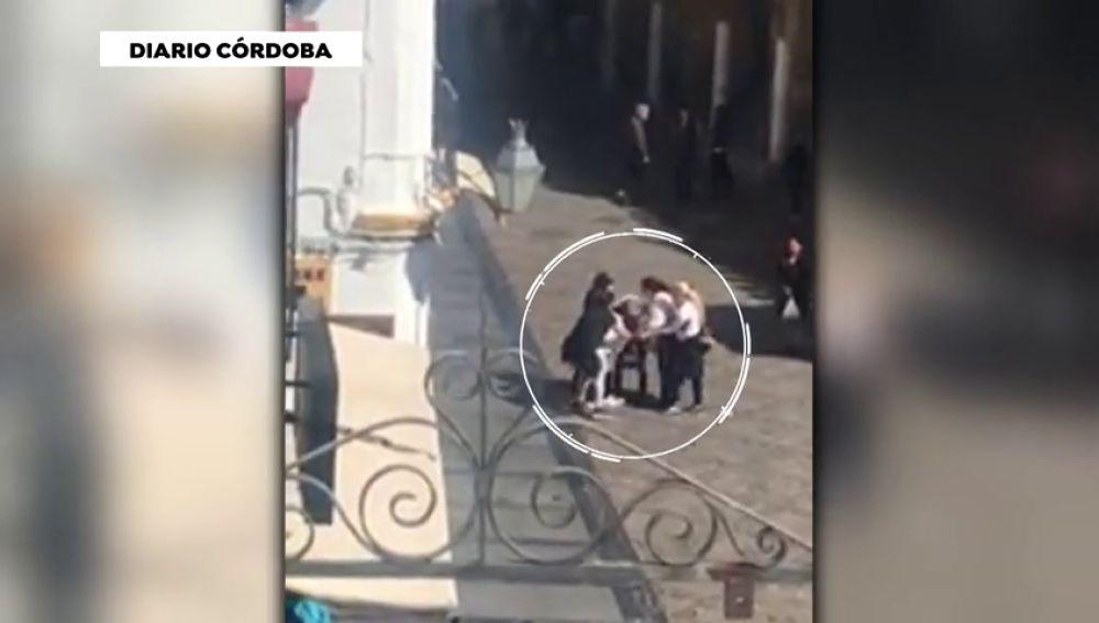Un grupo de mujeres que reparten romero se pelean por una cuestión de 'territorio' frente a la Mezquita de Córdoba