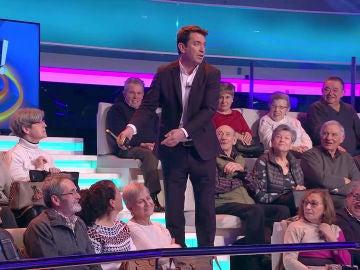Arturo Valls controla el peso de los bolsos entre el público