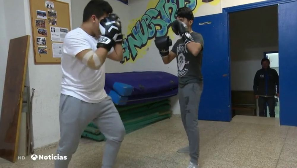Los jóvenes 'pelean' para que no se derribe el centro donde reciben clases de boxeo