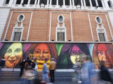 El mural en la Gran Vía de Madrid de más de 25 metros con los retratos de cuatro mujeres