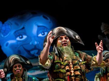La chirigota 'La maldición de la lapa negra' durante su actuación en el Gran Teatro Falla