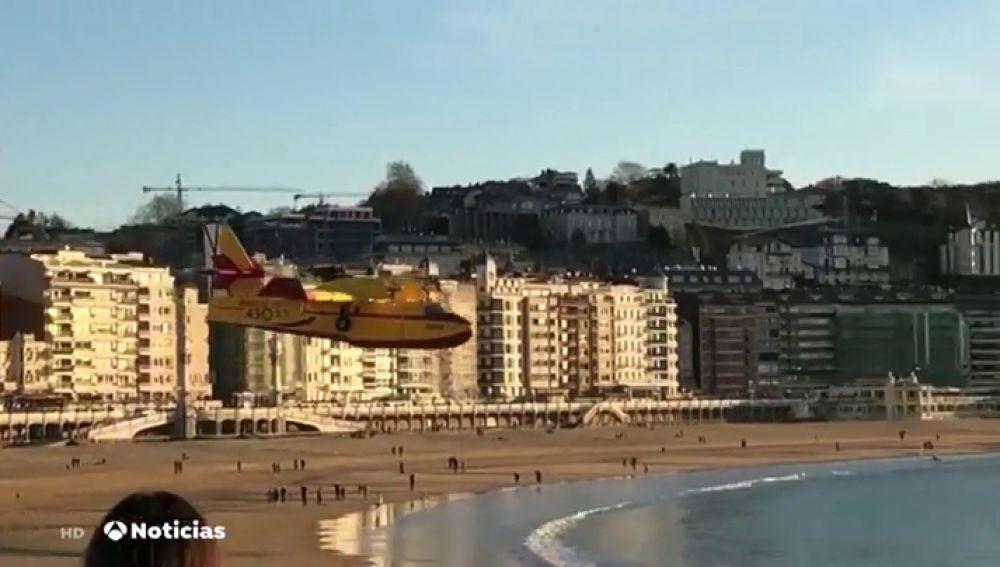 Polémica por la maniobra del hidroavión que cargaba agua en La Concha: El alcalde de Navarra reprocha que no se avisara con antelación
