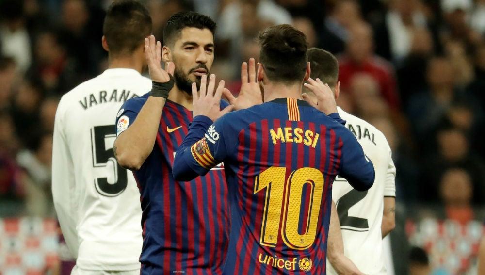 Lionel Messi se felicita con Luis Suárez