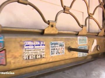 Detenido por bloquear con pegamento hasta 25 cerraduras de locales para colocar sus pegatinas ofreciendo servicio de cerrajería