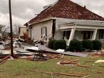 Una casa destrozada por el paso de un tornado en Alabama, EEUU
