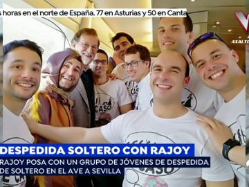 Rajoy, posa con un grupo de jóvenes de despedida de soltero